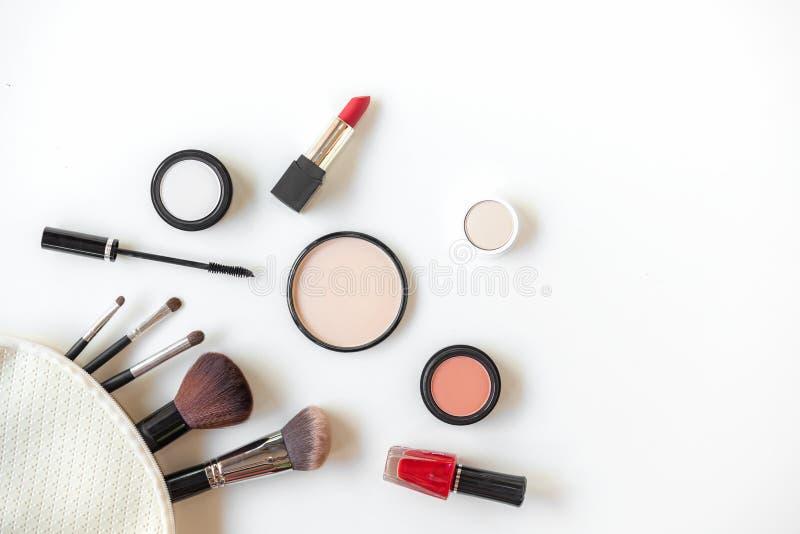 Herramientas fondo de los cosm?ticos del maquillaje y cosm?ticos de la belleza, productos y barra de labios facial del paquete de fotografía de archivo