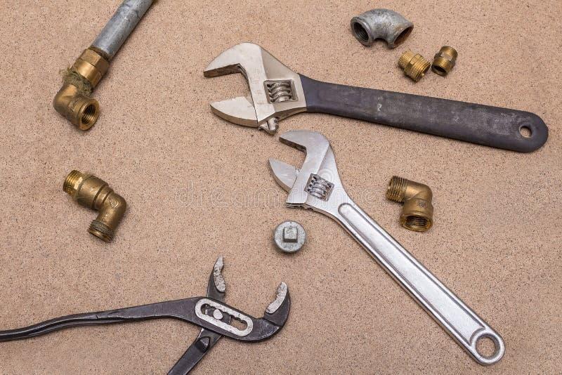 Herramientas hidráulicas - llaves ajustables Herramientas y colocaciones de cobre amarillo y de acero foto de archivo libre de regalías