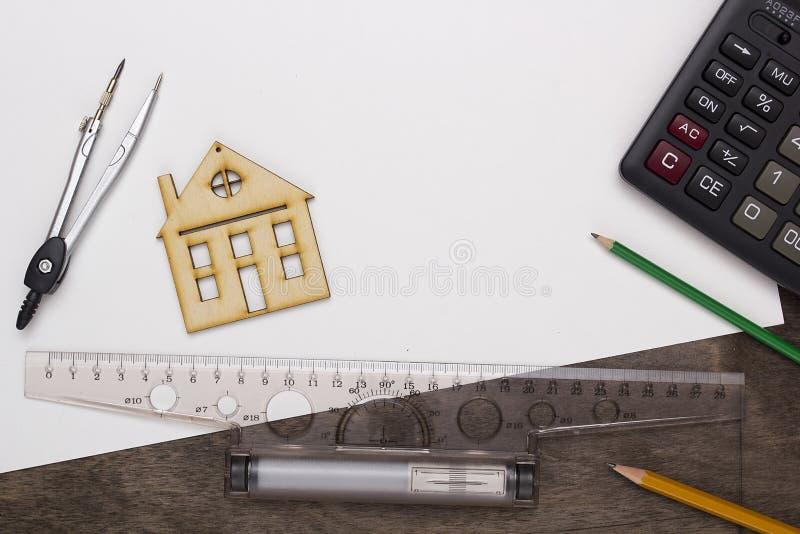 Herramientas modelo de la casa y de dibujo foto de archivo