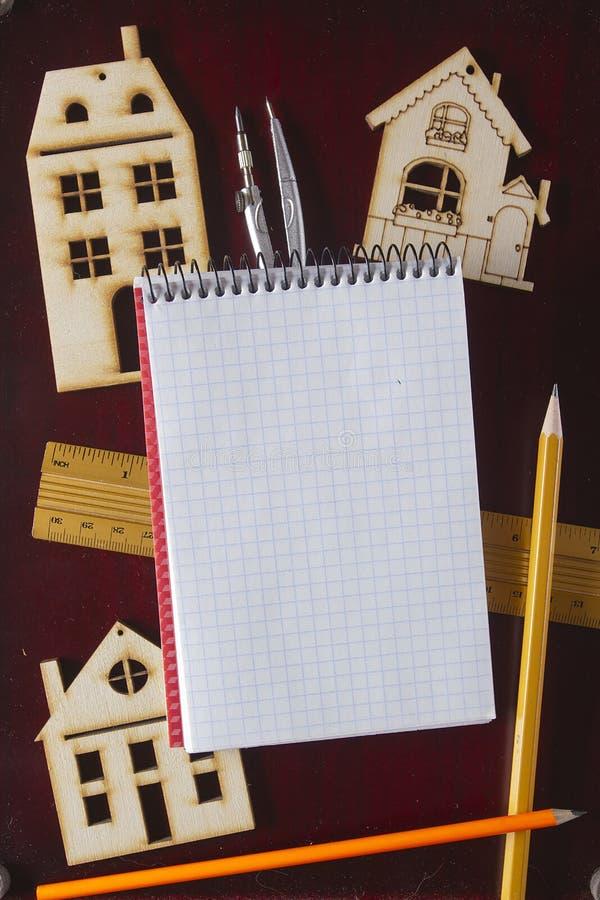 Herramientas modelo de la casa y de dibujo fotografía de archivo libre de regalías