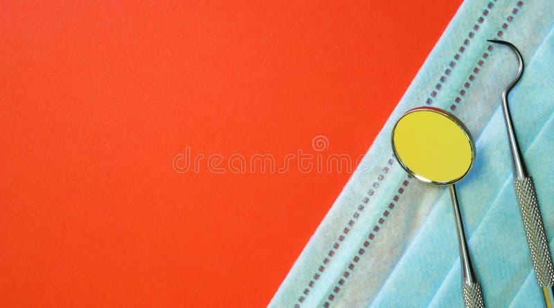 Herramientas o instrumentos del dentista en oficina dental en el fondo rojo imagenes de archivo