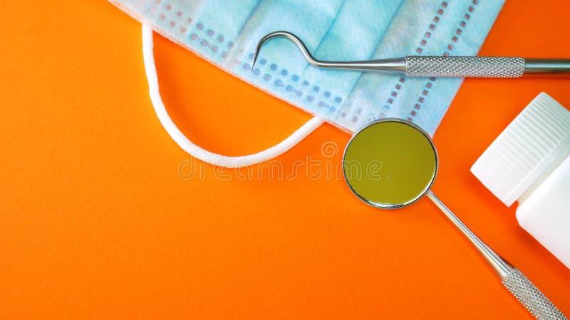 Herramientas o instrumentos del dentista en oficina dental imagen de archivo