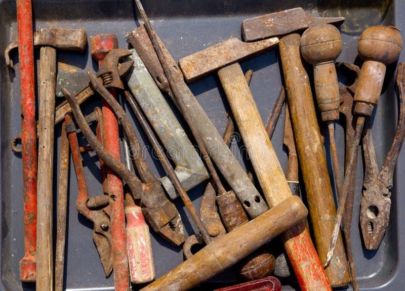 Herramientas oxidadas resistidas envejecidas de la mano en negro fotos de archivo libres de regalías