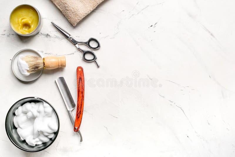 Herramientas para cortar la barba en barbería en maqueta de la opinión superior del fondo del lugar de trabajo fotografía de archivo libre de regalías