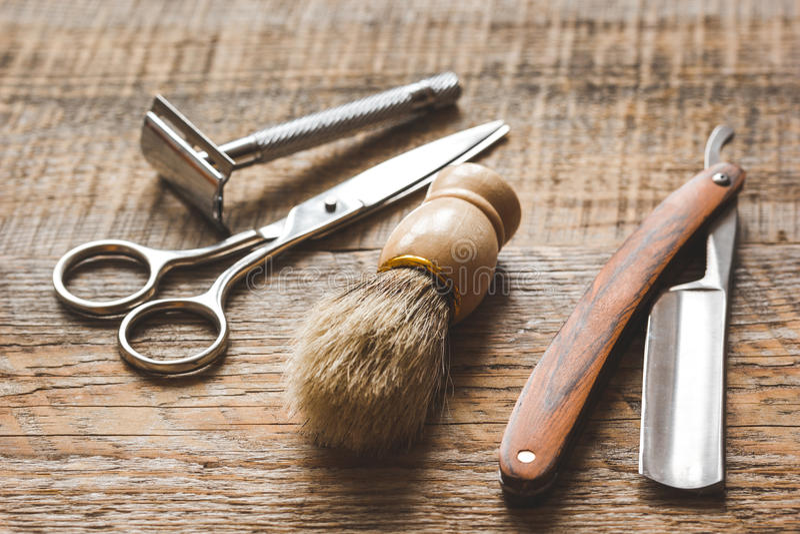 Herramientas para cortar la barbería de la barba en fondo de madera foto de archivo