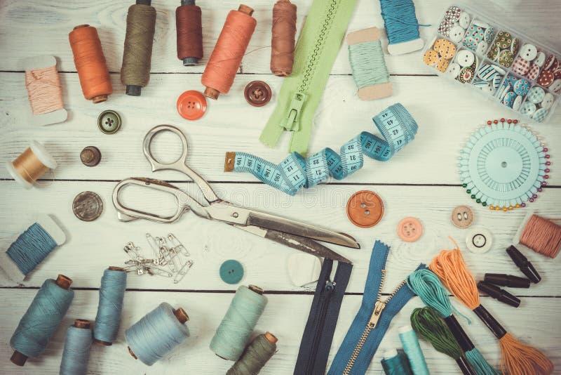 Herramientas para coser en fondo de madera ligero Tono del vintage fotos de archivo libres de regalías