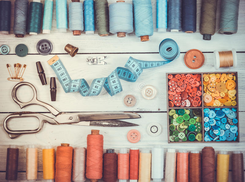 Herramientas para coser en fondo de madera ligero Tono del vintage fotos de archivo
