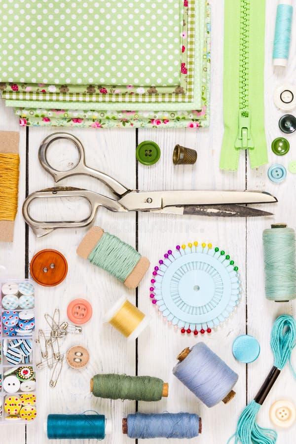 Herramientas para coser en fondo de madera ligero Visión superior fotos de archivo