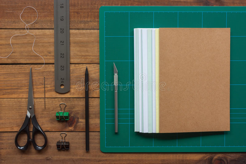 Herramientas para el arte de la encuadernación de la mano foto de archivo