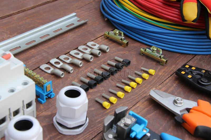 Herramientas para el trabajo eléctrico presentado en una superficie de madera del marrón fotos de archivo libres de regalías