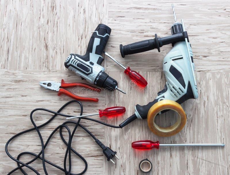Herramientas para la reparación, destornillador, taladro eléctrico, electro-destornillador, cinta eléctrica fotos de archivo