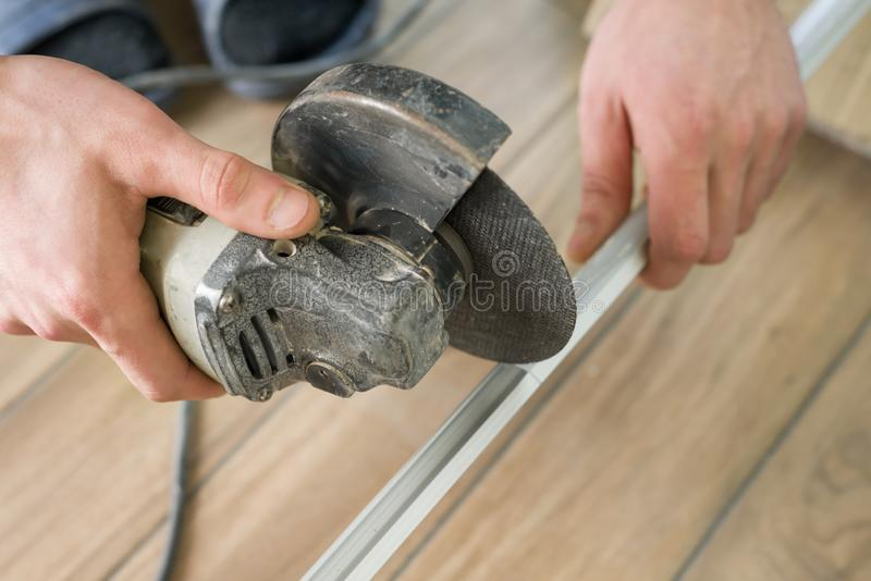 Herramientas para la teja del corte, cortador que usa de sexo masculino fotos de archivo
