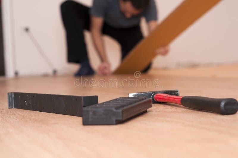 Herramientas para montar el suelo laminado imagenes de archivo
