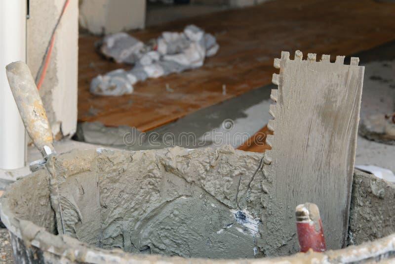 Herramientas para poner las tejas en piso en el emplazamiento de la obra fotos de archivo