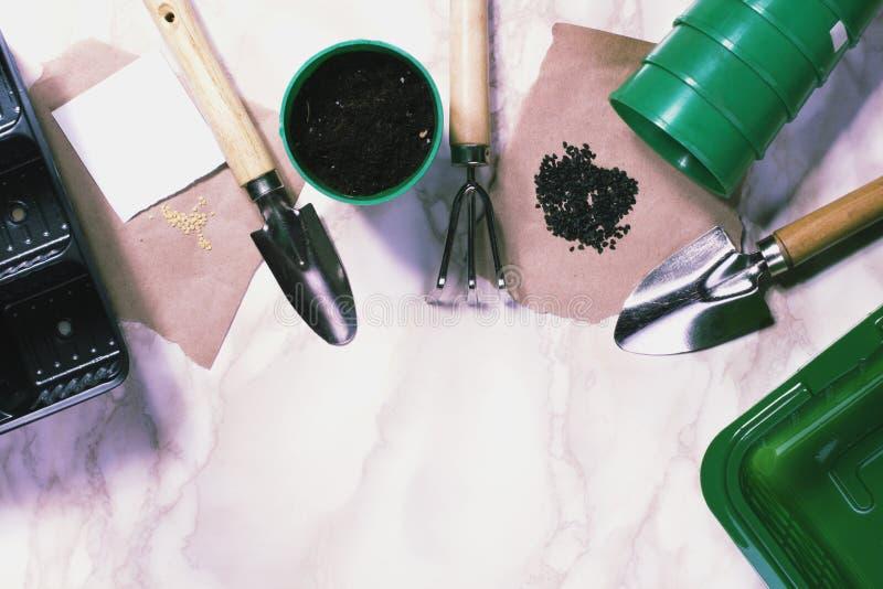 Herramientas que cultivan un huerto en el fondo de mármol fotografía de archivo libre de regalías