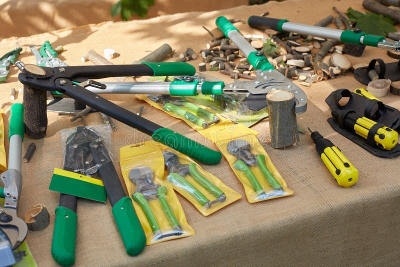 Herramientas que cultivan un huerto en venta en Orticola favorablemente imagen de archivo libre de regalías