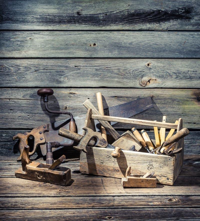 Herramientas viejas del carpintero en una caja de madera fotos de archivo libres de regalías