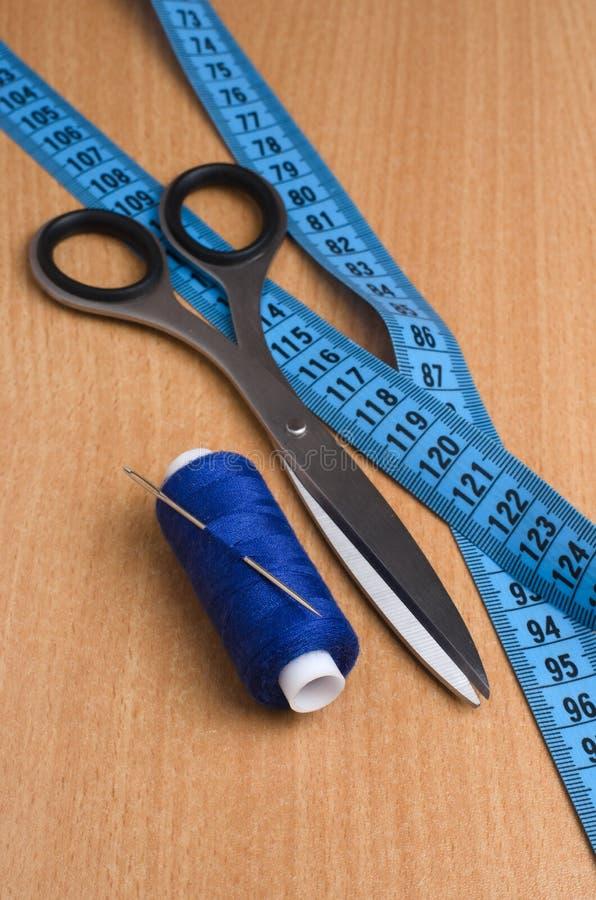 Herramientas y accesorios para coser Hilo de coser, tijeras, tailo imagen de archivo libre de regalías