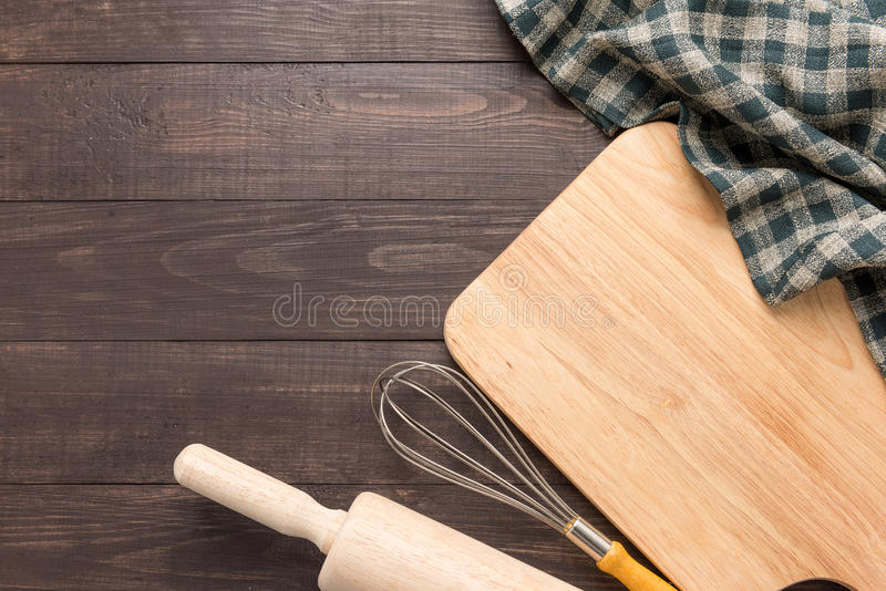 Herramientas y servilleta de madera de la cocina en el fondo de madera fotografía de archivo libre de regalías