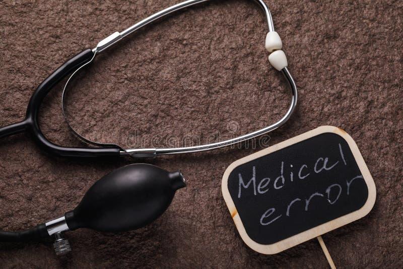Herramientas y una muestra que dice error médico fotografía de archivo