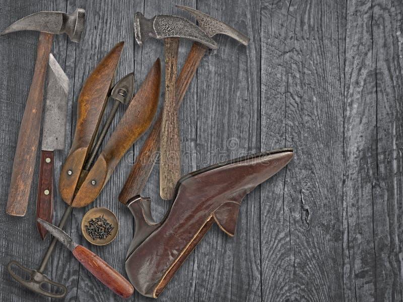 Herramientas y zapato de los zapateros del vintage imagen de archivo libre de regalías