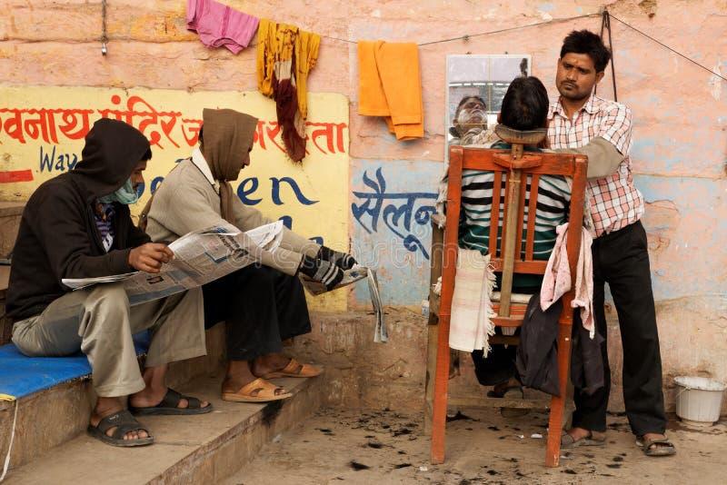 Herrenfriseur auf den Straßen von Varanasi, Indien stockbilder