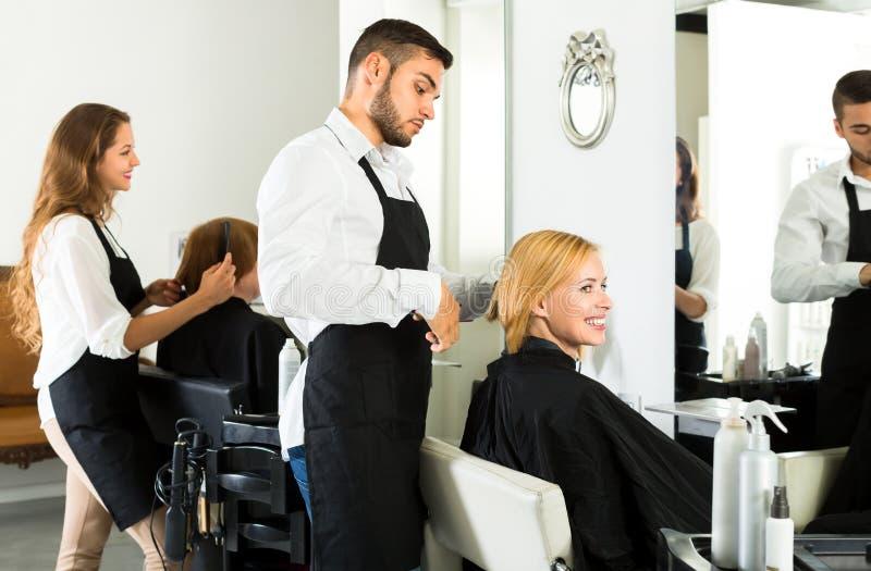 Herrenfriseur, der einen Haarschnitt im Friseursalon macht lizenzfreie stockfotos