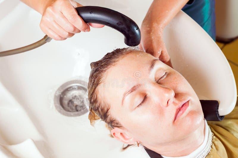 Herrenfriseur wäscht seinen Kopf lizenzfreie stockbilder