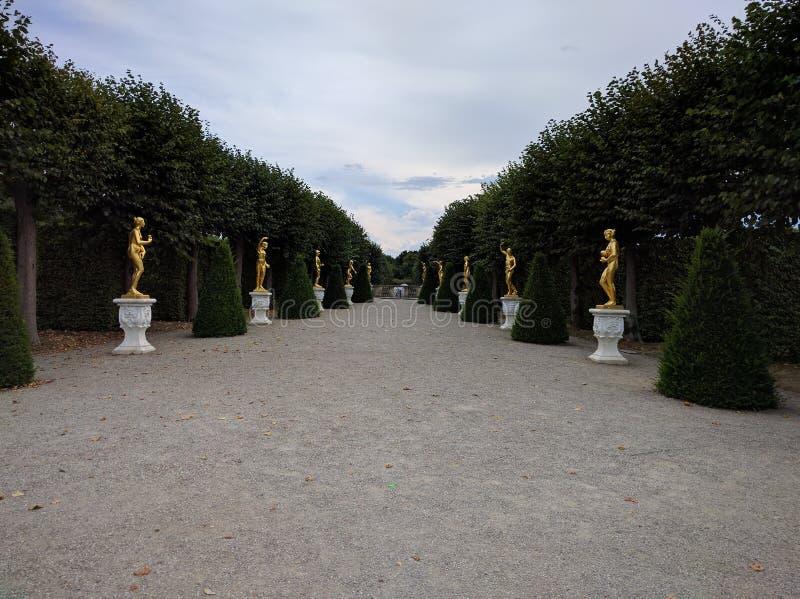 Herrenhausen aveny av statyer royaltyfria bilder