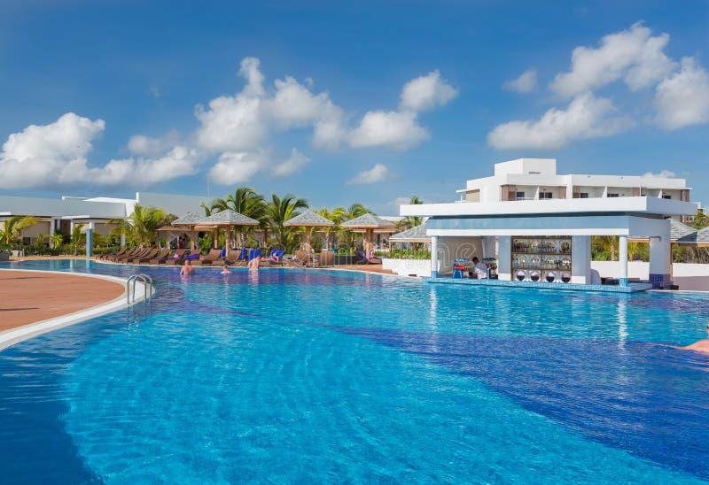Herrliche Ansicht des Swimmingpools an Pilar Erholungsort Iberostar Playa mit den Leuten, die ihre Ferienzeit auf sonnigem Galan  lizenzfreie stockfotografie