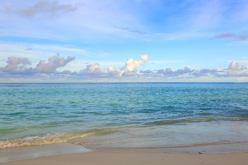 Herrliche Ansicht vom Indischen Ozean, Malediven Weißer Sandstrand, Türkiswasser, blauer Himmel und weiße Wolken stockbilder