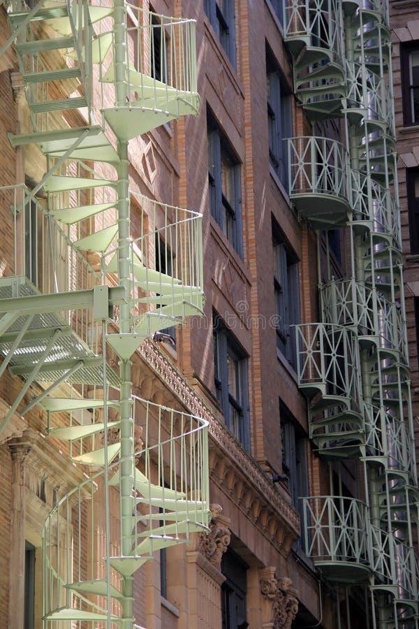 Herrliche Ansicht von Wendeltreppen auf Stadtgebäuden