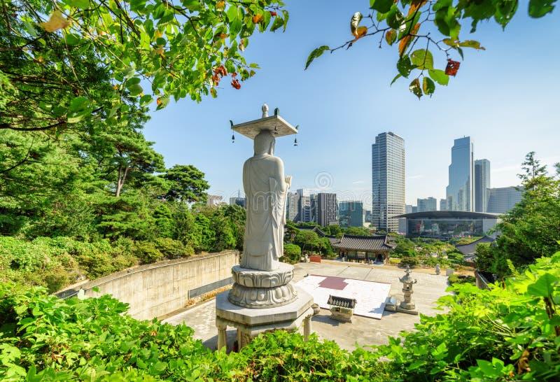 Herrliche Aussicht von Seoul-Skylinen von Bongeunsa-Tempel stockbild