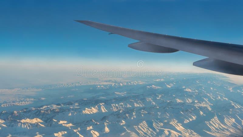 Herrliche Aussicht von Tian Shan Snow Mountains Through Window ein Flugzeug lizenzfreie stockfotografie