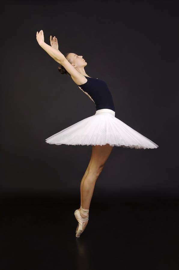 Herrliche Ballerina in einem tanzenden Ballett des weißen Ballettröckchens lizenzfreie stockfotografie