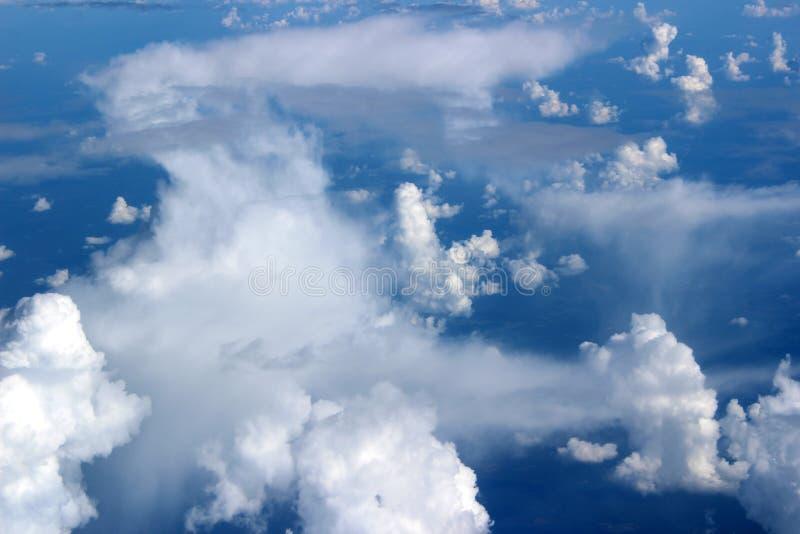 Herrliche blaue Himmel mit der dichten Wolkendecke gesehen vom Jet-Fensterplatz stockfoto