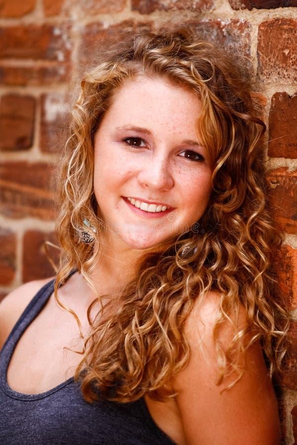 Herrliche blondes Haar-Brown-Augen-Frau lizenzfreies stockfoto