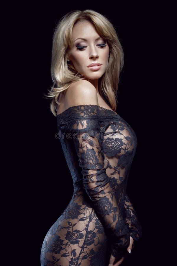 Herrliche blondine sexy Frau bläst riesigen schwarzen Schwanz und fickt auf dem sofa