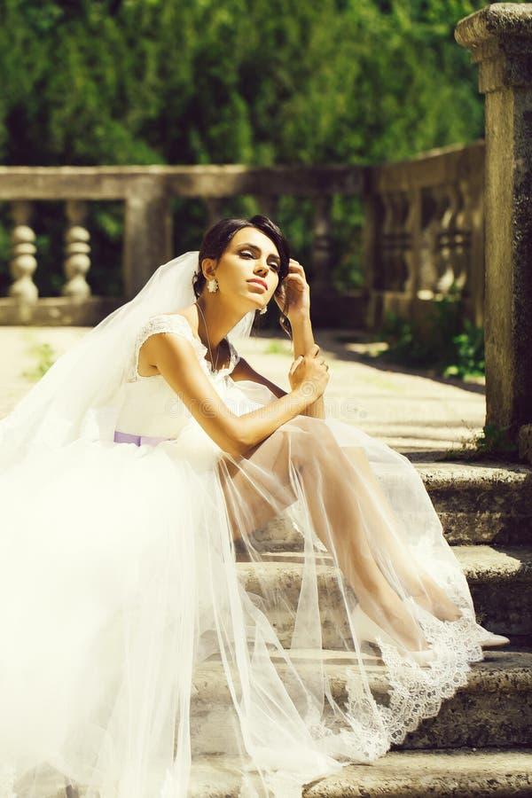 Herrliche Braut im Hochzeitskleid stockbilder