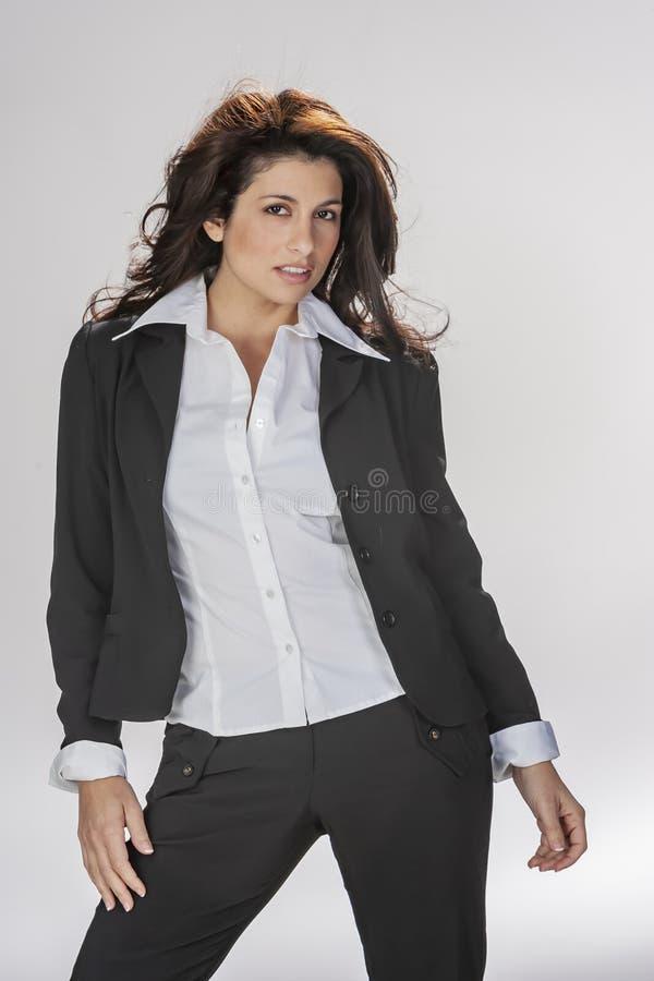 Herrliche Brunette Studio-Umwelt Modell-Poses Ins A gegen einen weißen Hintergrund stockfoto