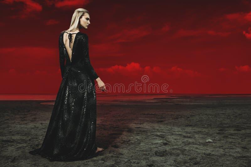 Herrliche Dame im Schwarzen stockfoto