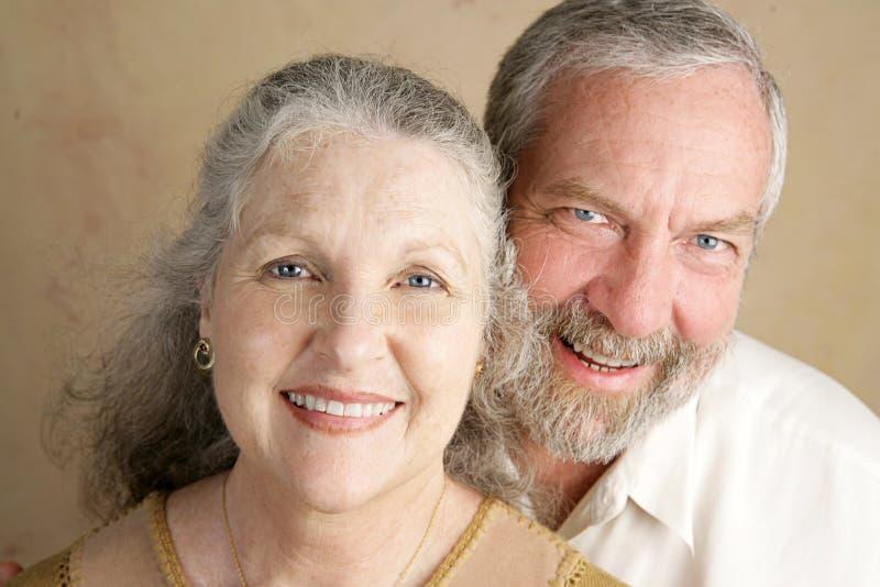 Herrliche fällige Paare lizenzfreie stockfotografie