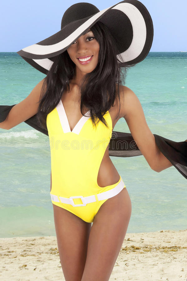 Herrliche Frau auf Strand stockfoto
