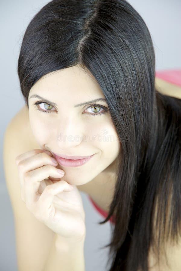 Herrliche Frau mit dem langen schönen seidigen schwarzen Haar lizenzfreie stockbilder