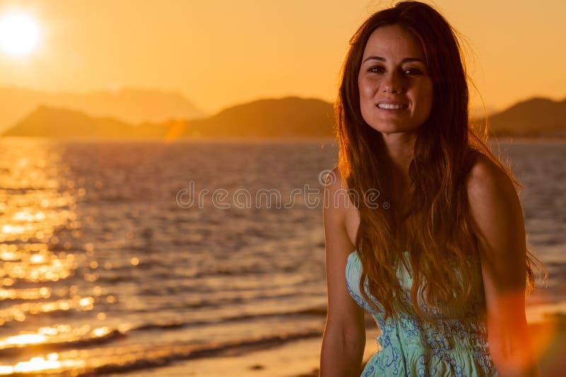 Herrliche Frau am Strand lizenzfreie stockfotos