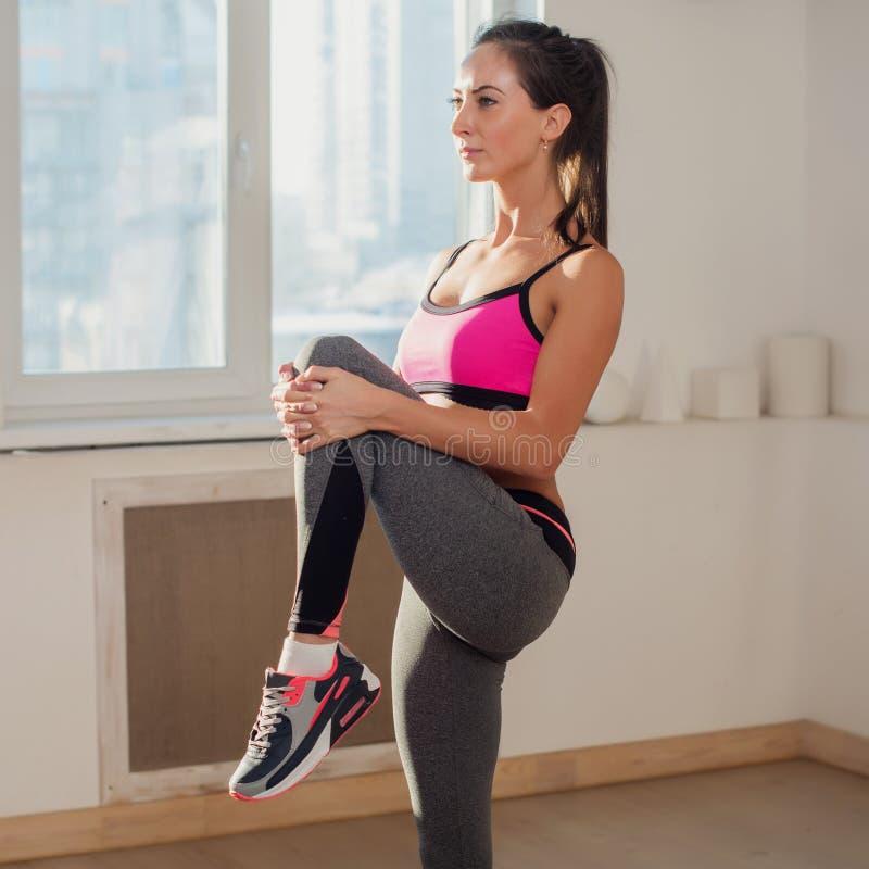 Herrliche junge athletische aktive sportive Frau herein stockfotos