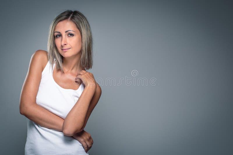 Herrliche junge Frau lizenzfreie stockfotografie