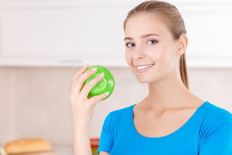 Herrliche junge Frau, die Apfel hält stockfotos