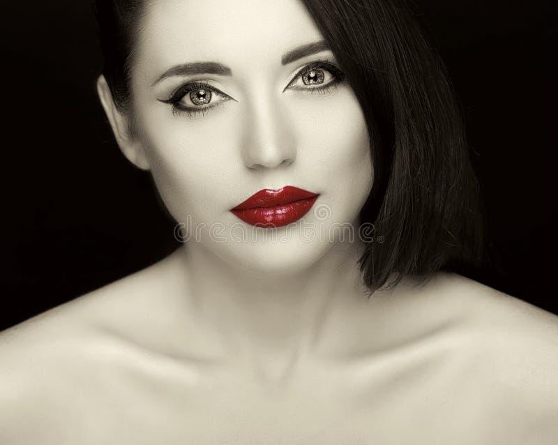Herrliche junge Frau mit den langen Wimpern und den roten Lippen stockbilder