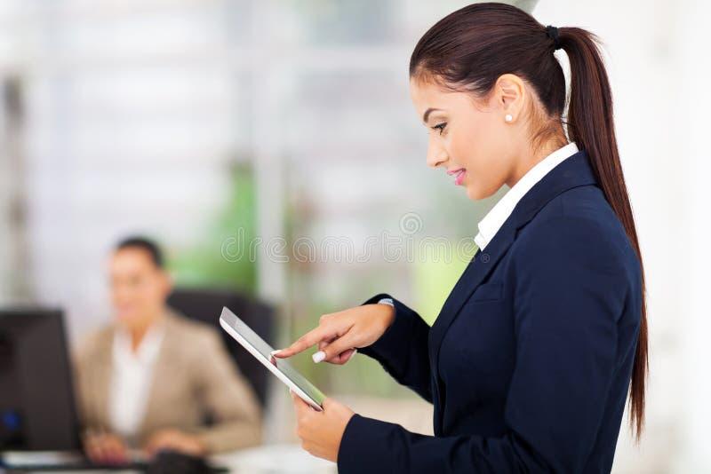 Geschäftsfrau, die Tablette verwendet lizenzfreie stockbilder